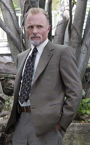 Ed Harris als Detective Remy Broussard.