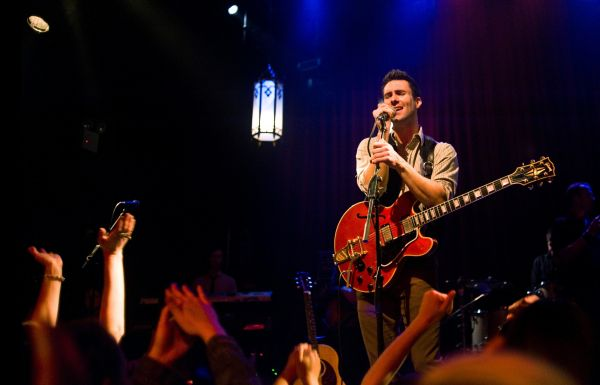 Can a Song Save Your Life? - Dave (Adam Levine) hat's...ocanal